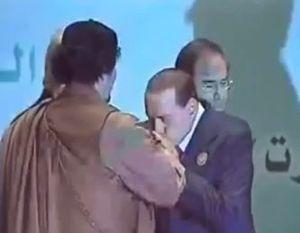 Berlusconi_baciamanogheddafi